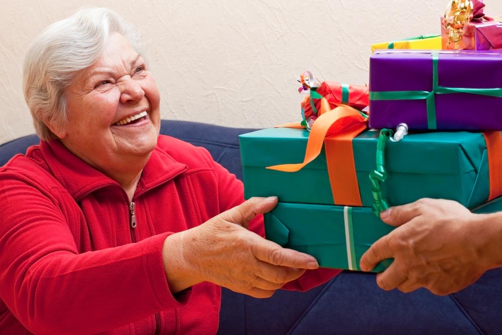 Подарить пожилым людям